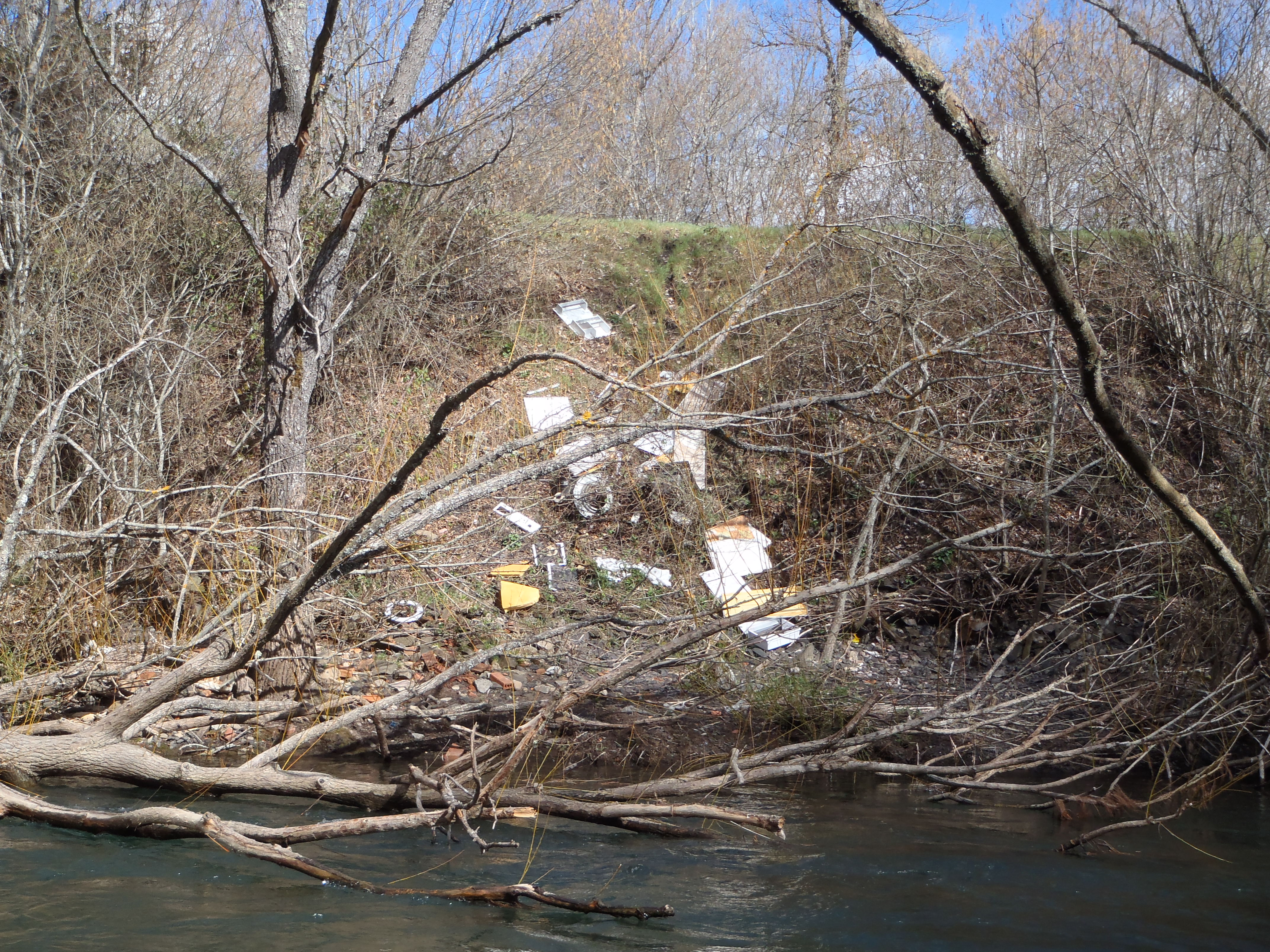 Río Torío, contenedor de basuras y residuos de obras